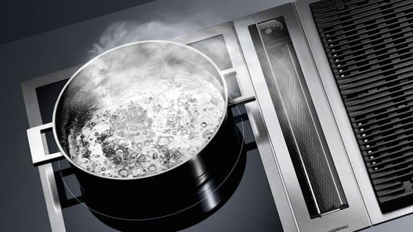 topf mit kochendem wasser auf gaggenau kochfeldabzug