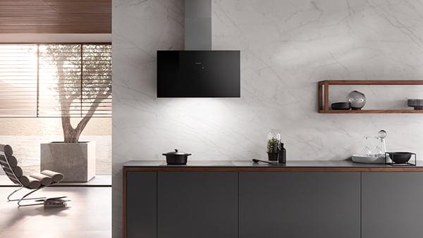 Miele Dunstabzugshaube mit Licht in moderner minimalistischer schwarzer küche