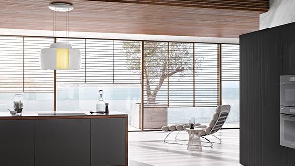 Miele Inselhaube Aura 4.0 Ambient in moderner Küche mit glasfront