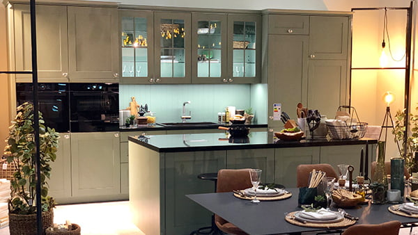 schüller landhaus küche auf der infa 2019 in salbei grün
