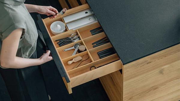walden küche fourth mit besteckschubladen einsatz aus holz und linol arbeitsplatte schwarz