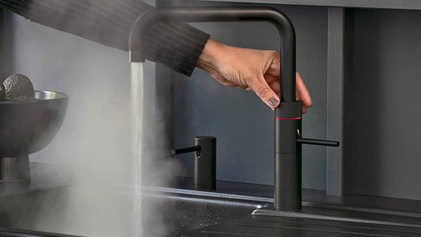 Wasser aus dem quooker wasserhahn in schwarz im küchen staude magazin