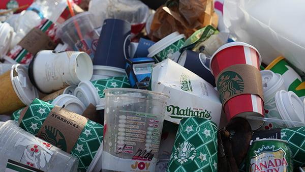 müllhaufen von coffee to go bechern und plastikbechern
