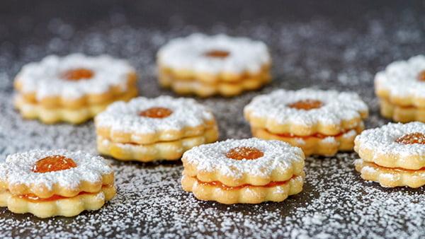 Marmeladenplätzchen linzer plätzchenmit puderzucker und aprikosenmarmelade in sternform