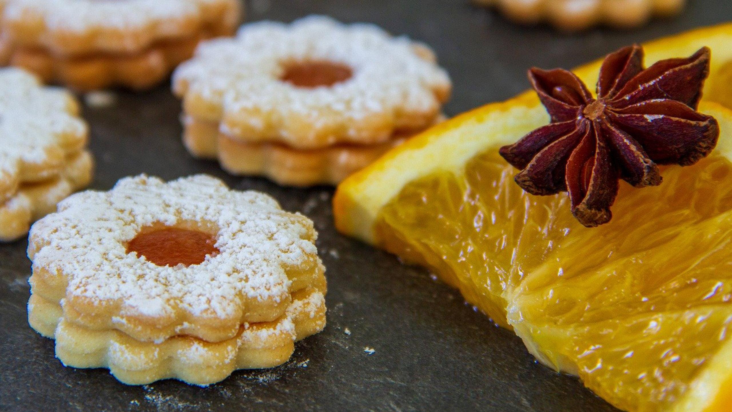 marmeladenplätzchen linzer plätzchen mit aprikosenkonfitüre in sternform mit puderzucker