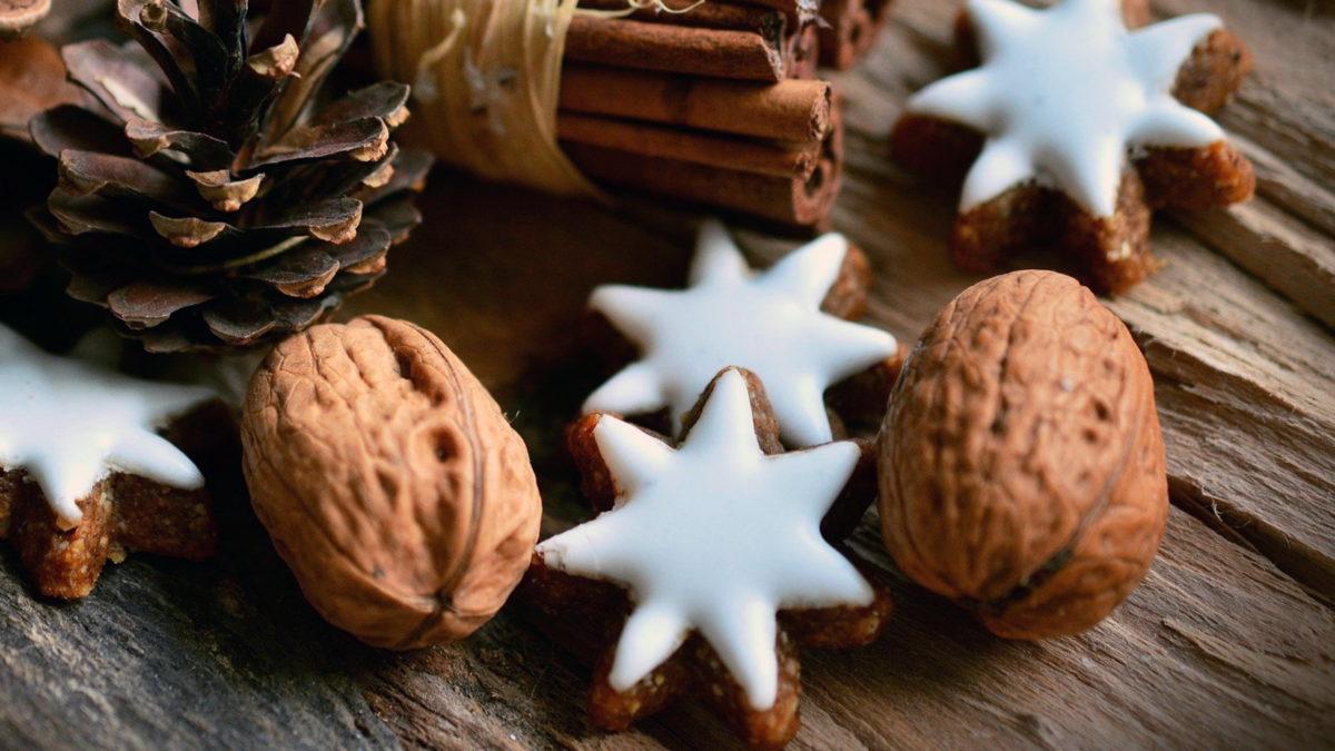 zimtsterne mit walnüssen zimtstangen und tannenzapfen als weihnachtsdeko