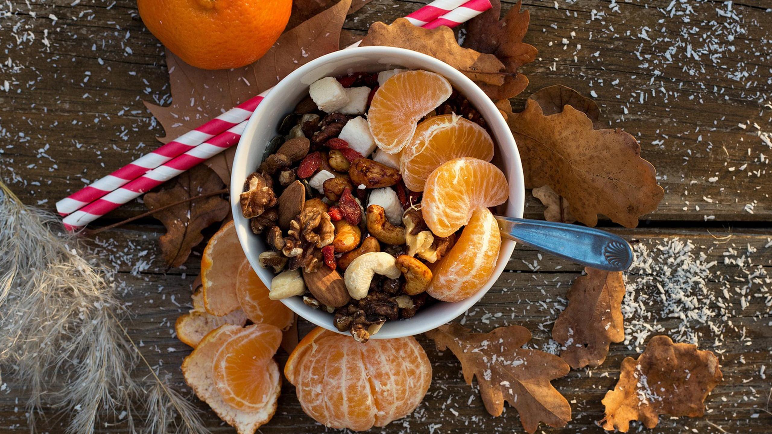 saisonale lebensmittel im winter weihnachtliches arrangement mit nüssen und mandarinen