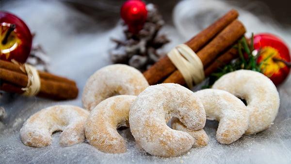 Vanillekipferl mit Zimstangen Äfpeln und Tannenzapfen als Weihnachtsdeko