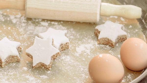 zimtsterne rezept und zutaten mit nudelholz und ei