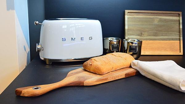 weißer smeg toaster in einer warendorf küche bei küchen staude