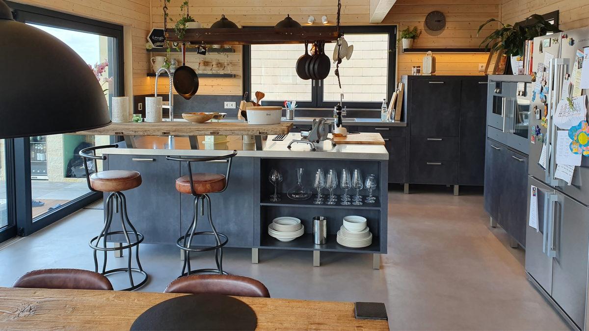 beispielküche einer geplanten küche von staude mit kücheninsel in modernem ess-wohnraum