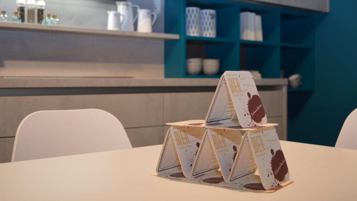 trendküche grau beton optik mit regal in blau im minimalistischen küchenstil