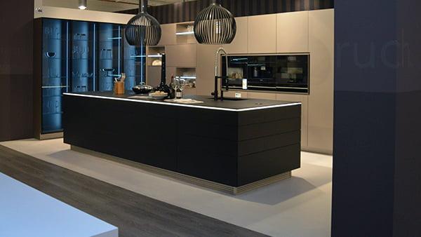schwarze warendorf küche in der küchen staude ausstellung in hannover