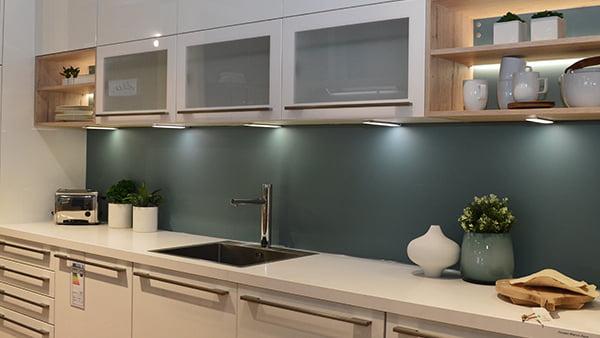 moderne culineo küche mit blau grüner rückwand in weiß mit langen griffen