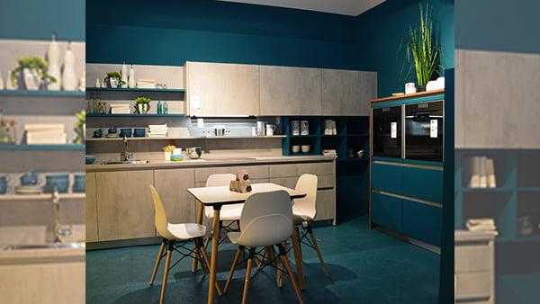 moderne und junge küche in beton optik grau mit schränken in tief blau von wert küche bei küchen staude