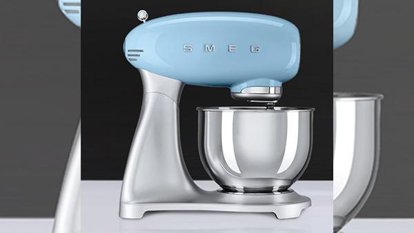hellblaue smeg küchenmaschine mit rührschüssel abgebildet von der seite