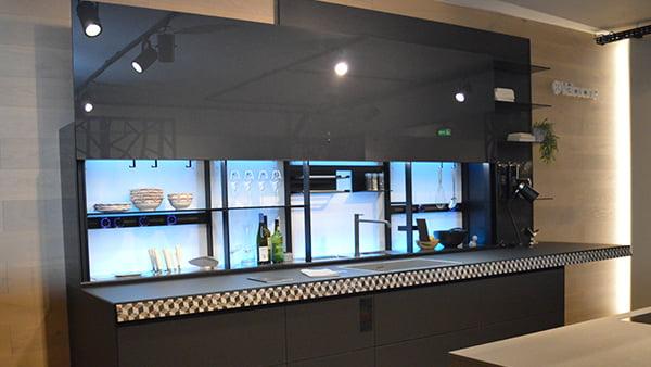 Valcucine Küche in grau mit halbgeöffneten new logica system aus der küchen staude ausstellung