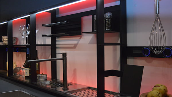 smartes licht in rot im versteckten Küchenregal einer valcucine küche