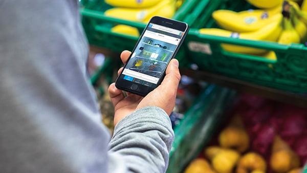 Einkaufen mit smartphone und einkaufsliste in app