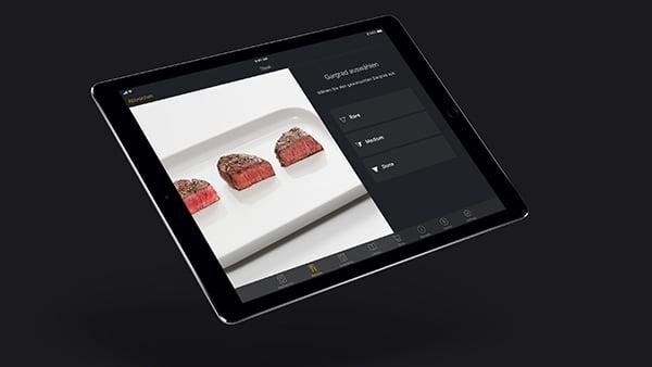 bildanzeige von steak garstufen auf tablet als beispiel für brat und backassistenten in der smarten küche