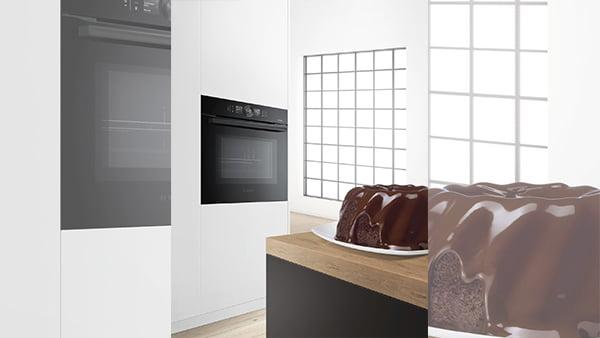 Smarter Bosch Backofen der Serie 8 mit Home Connect Funktion und einem Kuchen im Vordergrund