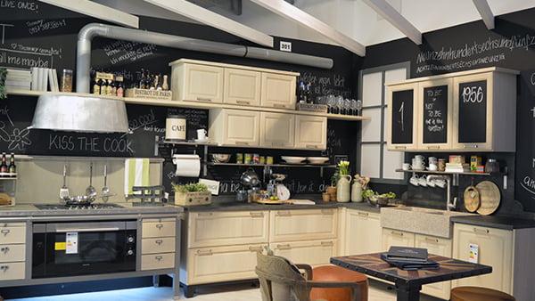 landhaus küche von häcker in modernem stil mit robusten einbaugeräten und beschreibbaren schränken mit kreidefolie