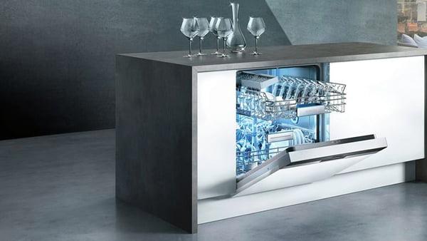 Kochinsel mit Geschirrspüler von Siemens mit geöffneter Tür und Weingläsern auf der Arbeitsplatte