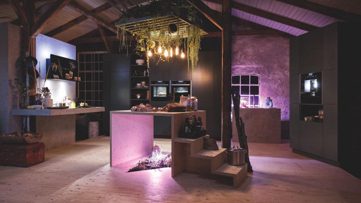 offene küche mit neff einbaugeräten in violettem licht
