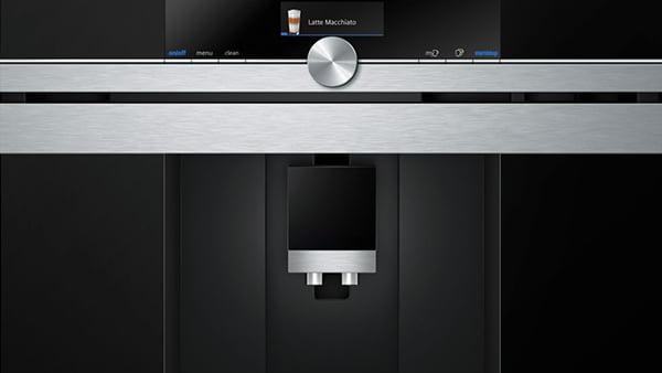 einbau kaffeevollautomat in schwarz mit edelstahlleisten aus der siemens studio line geräteserie