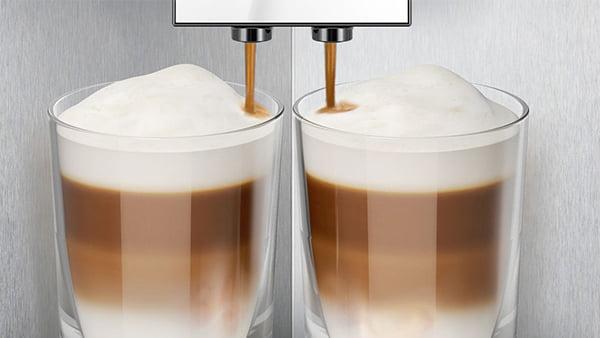 siemens studioline kaffeevollautomat beim einfüllen zweier latte macchiato tassen im detail