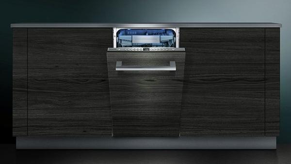 geöffneter einbaugeschirrspüler von siemens studioline mit griffleiste vollintegriert in moderne betonoptik küchenfront