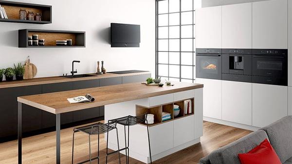 minimalistische küche in schwarz und weiß mit holztresen und bosch einbaugeräten der serie 8 accent line in schwarz