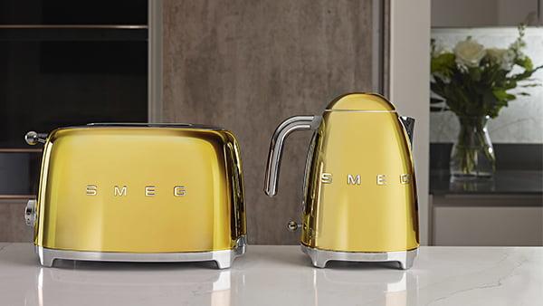 goldgelber smeg toaster neben kaffeekanne