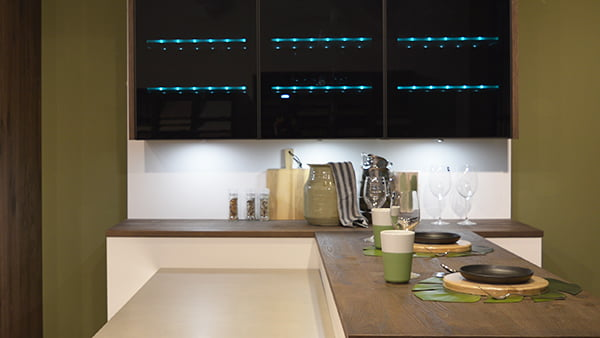 grüne lichtpunkte im schwarzes oberschrank einer brigitte küche bei küchen staude in der ausstellung