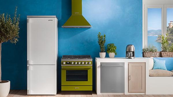 grüner herd und dunsthaube von smeg in weißer küche