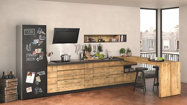 neff kühlschrank mit schwarzer kreide oberfläche in moderner holzküche