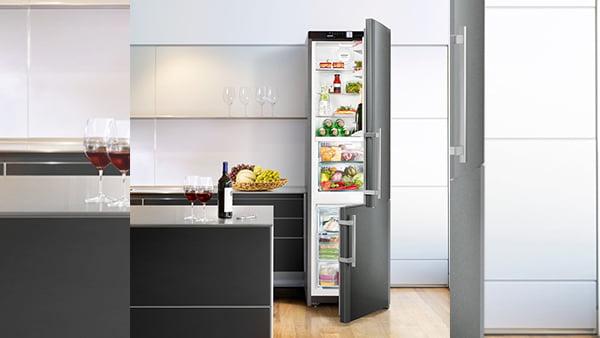 Hoher Standkühlschrank als Kühl-Gefrier--Kombination in schwarz mit edelstahl griffen