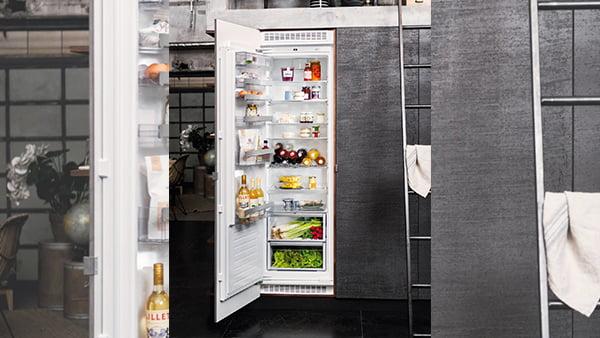 Einbaukühlschrank in schwarzer Küche