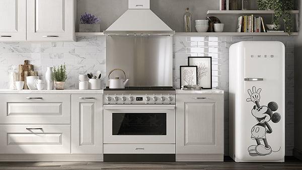freistehender Standkühlschrank von SMEG mit Mickey Mouse Design in weißer Küche