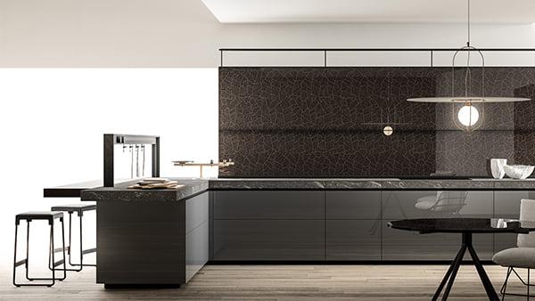 Grau Schwarze Valcucine Küche mit rundem schwarzem Esstisch über dem eine moderne Pendelleuchte hängt