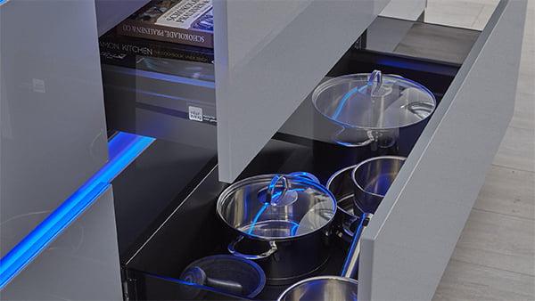 blaues Griffleisten Licht in einer grauen Küche von Interliving