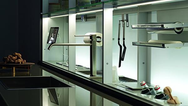Versteckter Arbeitsbereich mit Spüle und Zubehörleiste, der individuell beleuchtet wird in einer Valcucine Küche Artematica