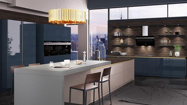 Goldene Deckenlampe über weißem Blocktresen in einer großen blau-goldenen Küche