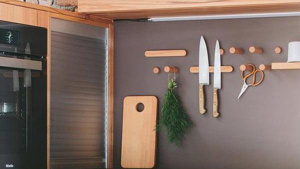 magnetleiste aus holz mit messern in einer walden küche