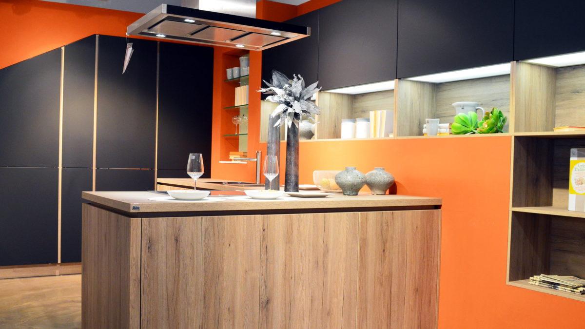 orangene alno küche mit schwarzen schränken