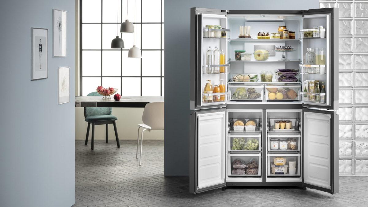 großer side by side kühlschrank mit geöffneten türen