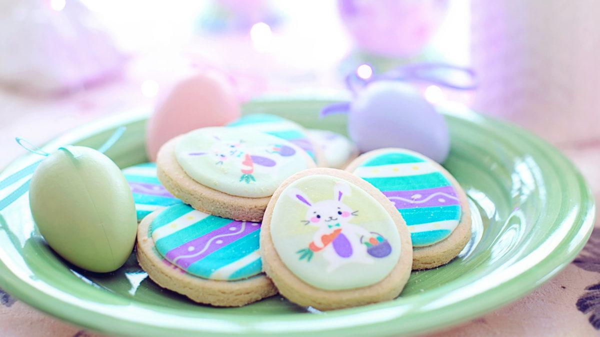 osterbackrezepte header cookies mit osterhasen verzierung auf einem grünen teller