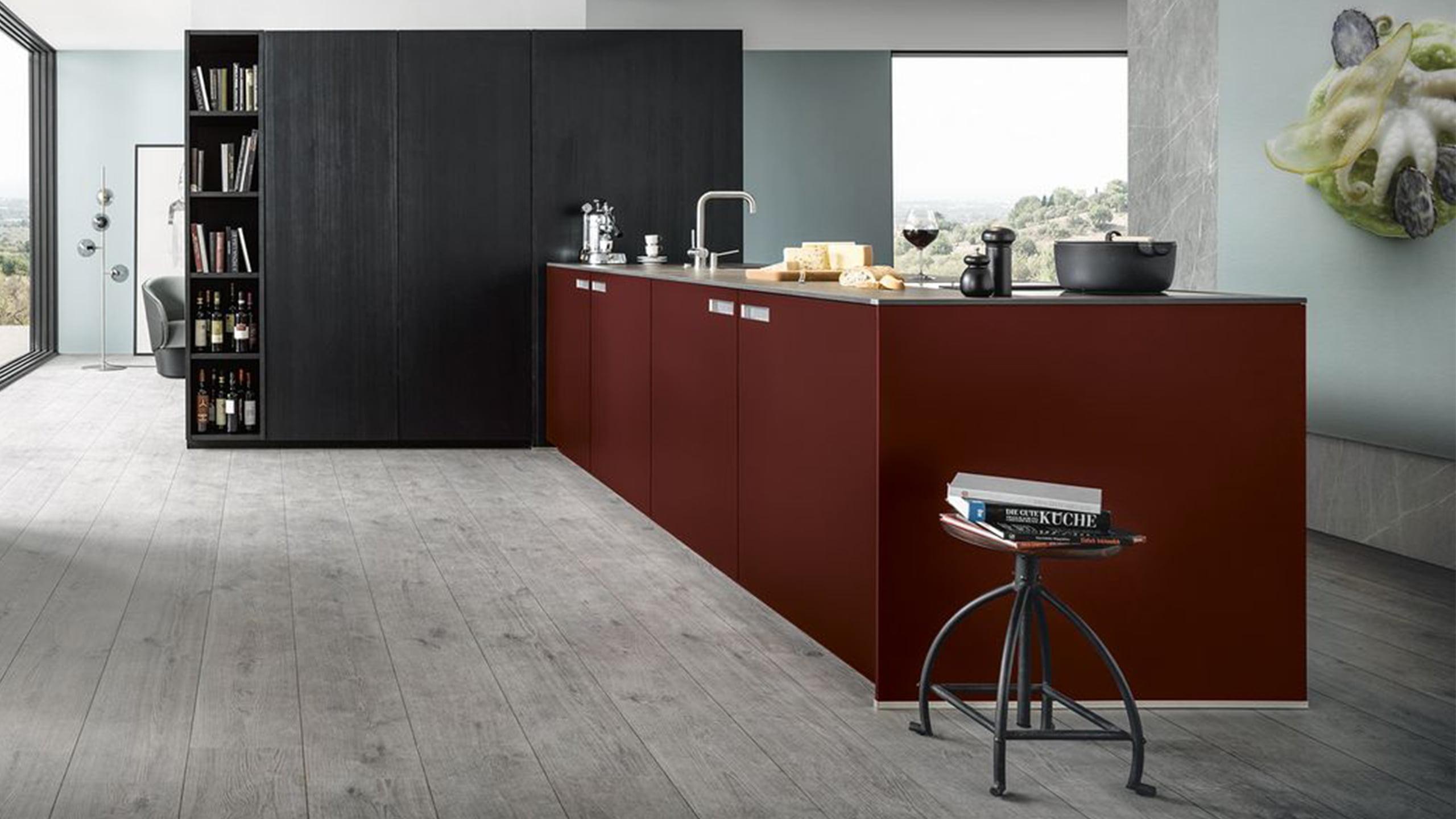 griffloser roter küchenblock von next125 mit schwarzem hochschrank