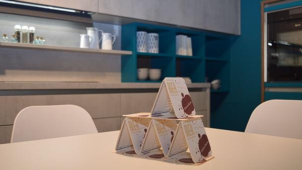 Bierdeckel auf esstisch in trendküche von wertküche aus beton mit blauer wand