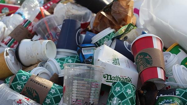 plastikmüll aus bechern auf einem haufen